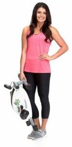 Femme sportive qui porte le MagneTrainer DeskCycle2 avec une main