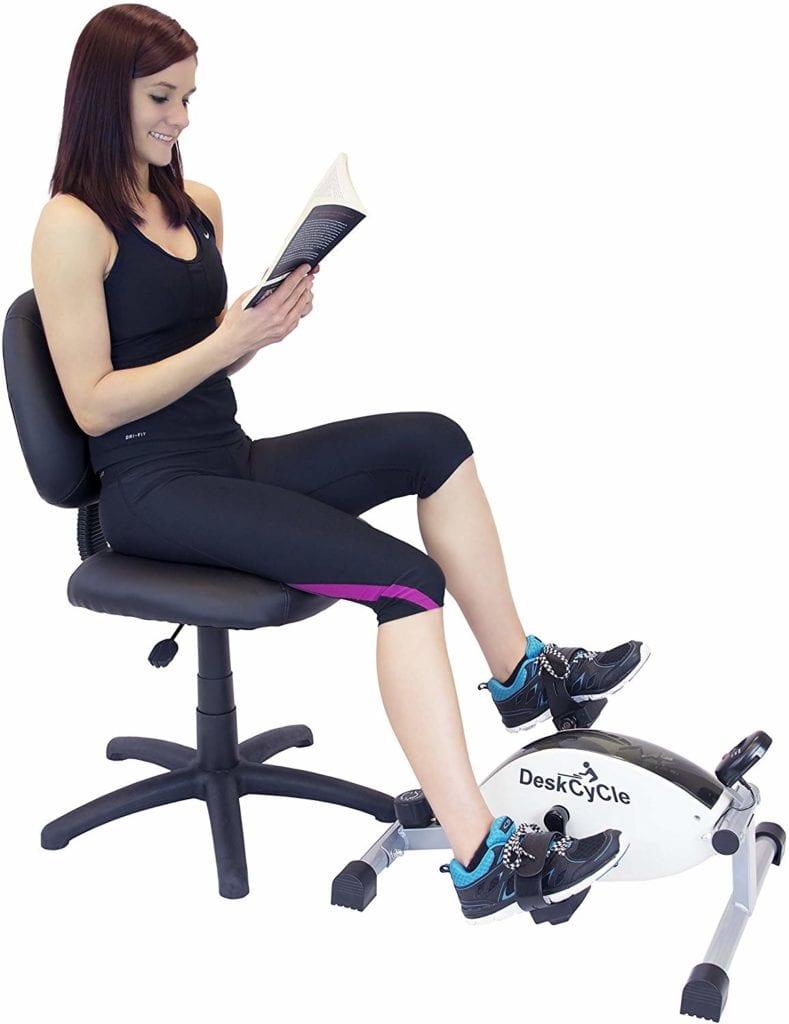 Séance De Lecture Avec Le Mini Vélo D'intérieur Deskcycle De Magnetrainer
